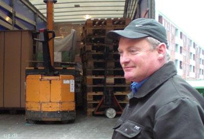 Søren taler meget med sin vognmand og de andre chauffører, men når han arbejder, er han alene.