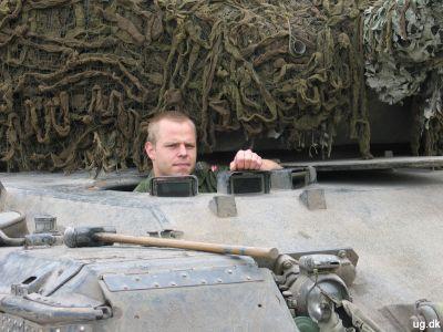 Kigkassen - Keld styrer kampvognen fra det lille hul forrest.
