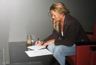 Birgitte sidder i en dyb lænestol på vej mellem to møder.