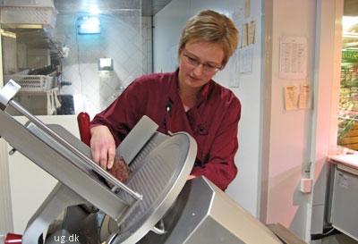Meget af delikatesseafdelingens mad produceres hver dag af Joan og hendes kollega.