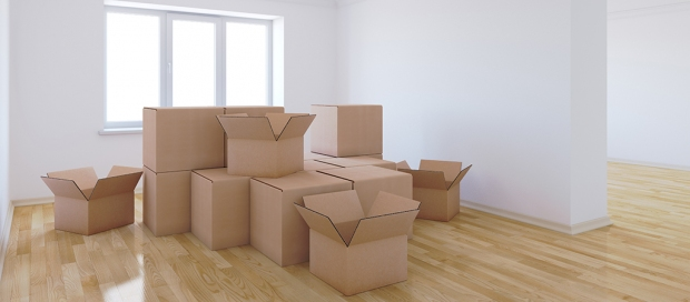 Flyttekasser i lejlighed