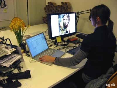 Foto af Patricia ved sin computer