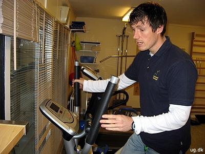 Træning - Claus demonstrerer en såkaldt crosstrainer