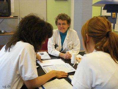 Der er et tæt samarbejde på afdelingen om patienternes forløb.