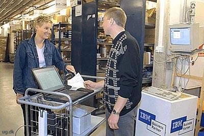 foto af handelsassistent med kunde