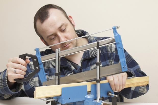 modelsnedker med værktøjet