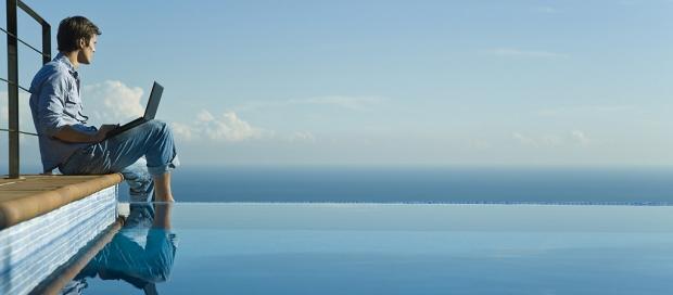 Ung mand ser ud over udsigt blåt hav