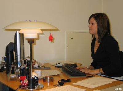 foto af erhvervspraktikant ved pc