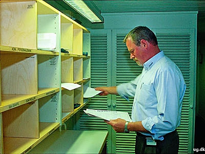 Postbehandling - Kontorbetjente tager sig både af kontorets indgående og udgående post.