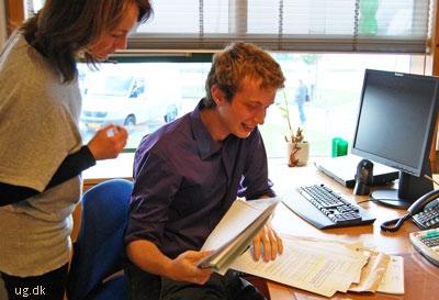 Sophus løser en række opgaver, medarbejderne på kontoret giver ham.