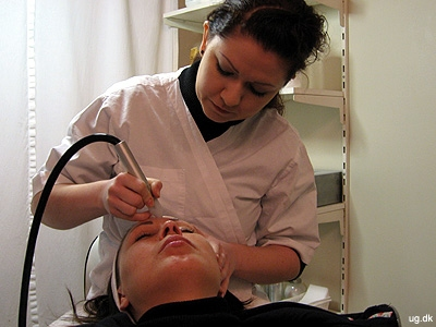 På klinikken - Anja i færd med at give en hudbehandling