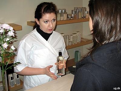 Rådgivning - en del af jobbet er at give information om hudplejeprodukter.