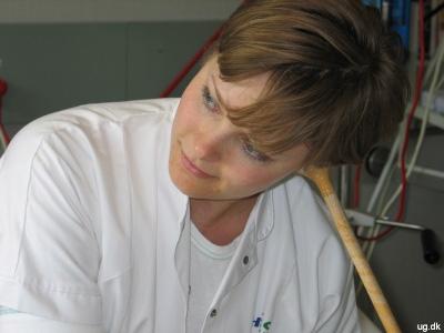 Karin med et lytterør