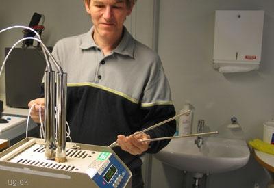 Tjek - Medicoteknikeren vedligeholder og reparerer udstyret.
