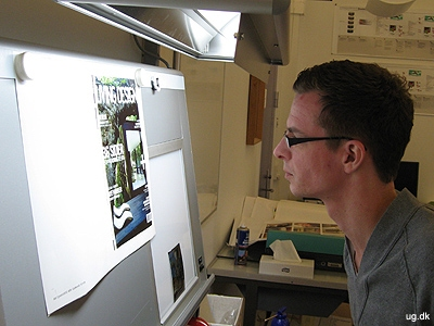 Kvalitetskontrol - Alex tjekker prøveprintet i en såkaldt betragterkasse.