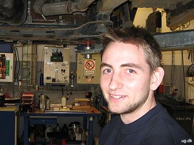 Under liften - Mads arbejder på en varevogn.