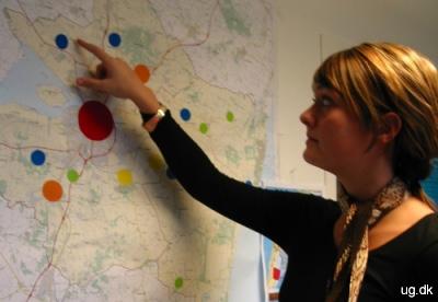 Foto af Mette, der ser på at landkort.