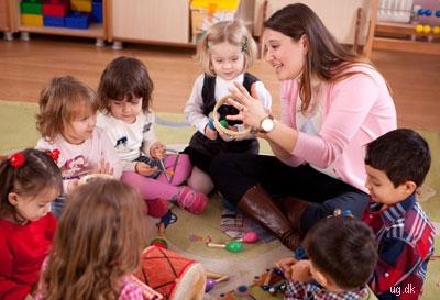 Bevægelse og rytme - Musikpædagogen underviser i børnehaven.