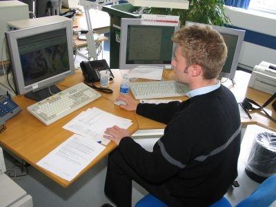 Foto af Thomas foran computerskærme