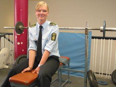 Foto af Kirstine siddende på motionsbænk