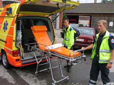 Foto af Thomas og Mikkel ved ambulance
