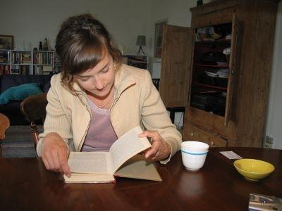 Foto af Maria siddende ved et bord