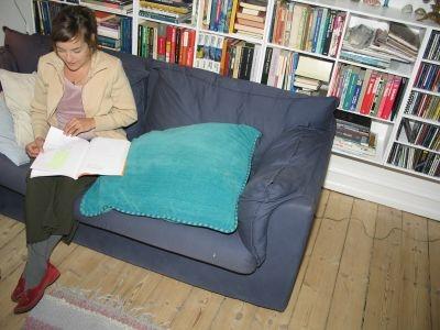 Foto af Maria, der læser højt fra et manuskript