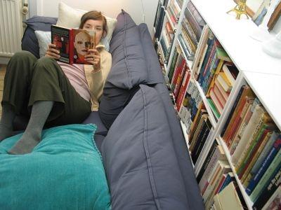 Foto af Maria, som ligger og læser