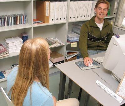 Foto af Steen mens han vejleder studerende