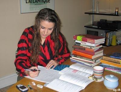 Foto af Silje i gang med lektierne