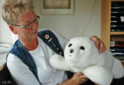 Pia med et elektronisk kæledyr, som centret afprøver.