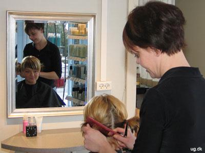foto af frisør og kunde