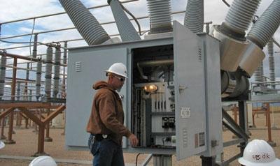 Stærkstrøm - Teknikere ude for at reparere et højspændingsanlæg.