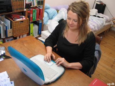 Foto af Andrea ved sin computer