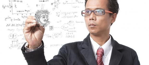 mand ved gennemsigtig tavle skriver