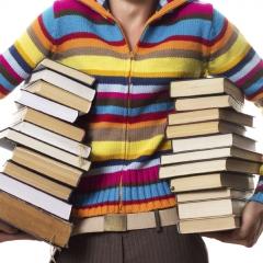 Ung med bøger under armen
