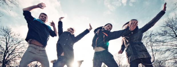 Foto af unge der hopper