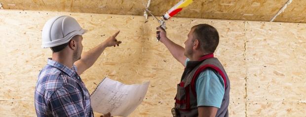 Håndværkere tjekker bygningsarbejde