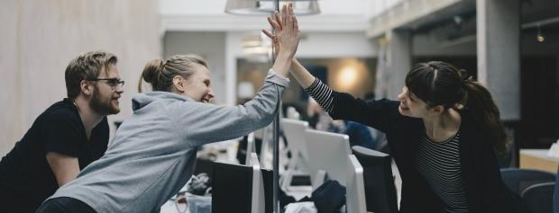 Unge mennesker giver high five