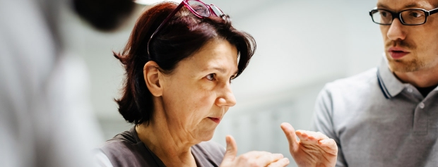foto af kvindelig leder, der instruerer medarbejdere