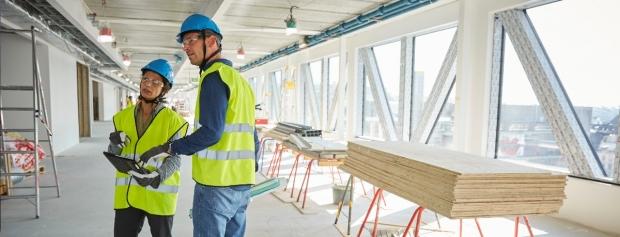 To bygningsingeniører på arbejde på en byggeplads