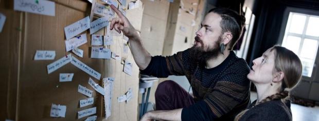 Foto af dramaturg  © Teater Fluks (Sara Fink Søndergaard & Rasmus M. L. Skov). Foto/ Marie Nyeng