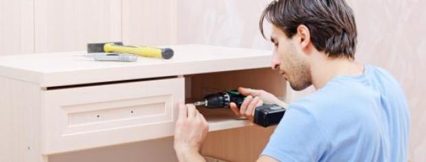 Lærling monterer møbler i lejlighed