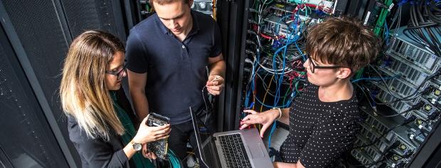 Datateknikerelever ved et dataanlæg