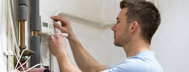 Ejendomsservicetekniker justerer på ventilationsanlæg