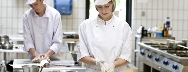 En elev i køkkenet sammen med en faglært