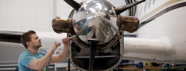 Flymekaniker servicerer en flymotor