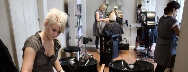 Frisørelev i frisørsalonen