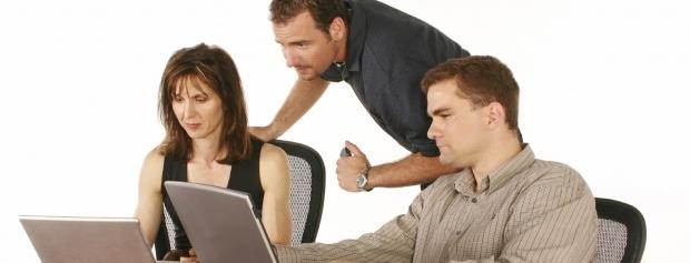 Frontline supporter hjælper brugerne med et it-problem