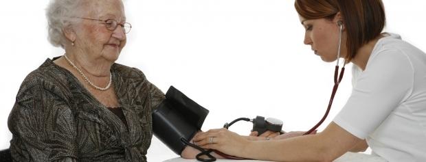 Hospitalsteknisk assistentelev tager blodtryk på patient